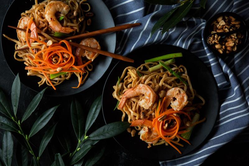 makaron po tajsku z krewetkami i orzechami ziemnymi